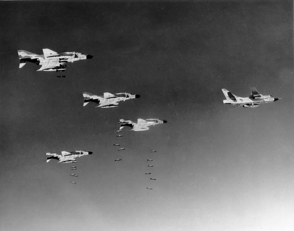 F-4Cs_RB-66C_bombing_Vietnam_1966